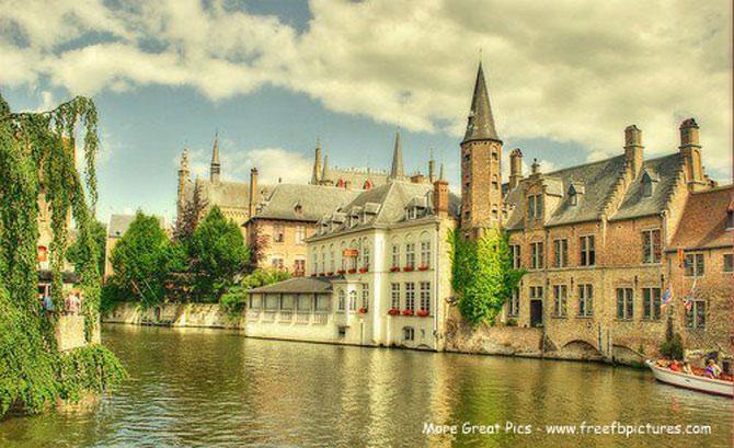Những ngôi nhà với kiến trúc có từ thời Trung cổ, cùng những hàng cây xanh ngắt soi bóng xuống dòng kênh mang lại cho Brugge vẻ đẹp hút hồn du khách