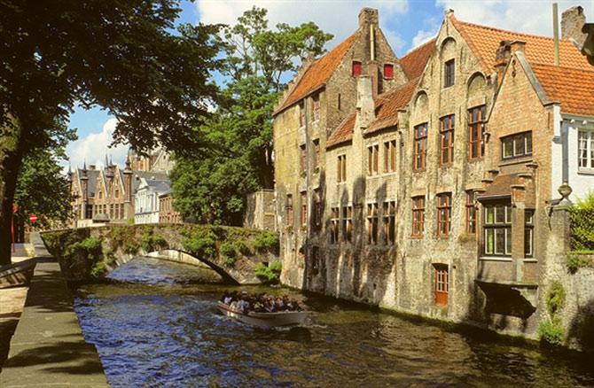 Vẻ đẹp này đã khiến Brugge được ví như Viene của phương Bắc, và cũng chính điều này là câu trả lời vì sao các cặp đôi thường chọn Brugge cho kỳ trăng mật của mình...