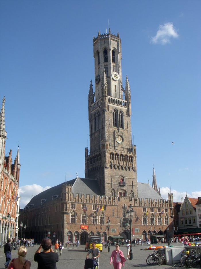 Nhà thờ Đức Mẹ gây ấn tượng mạnh với du khách với tháp cao 122 mét, thu hút ánh nhìn từ rất xa.