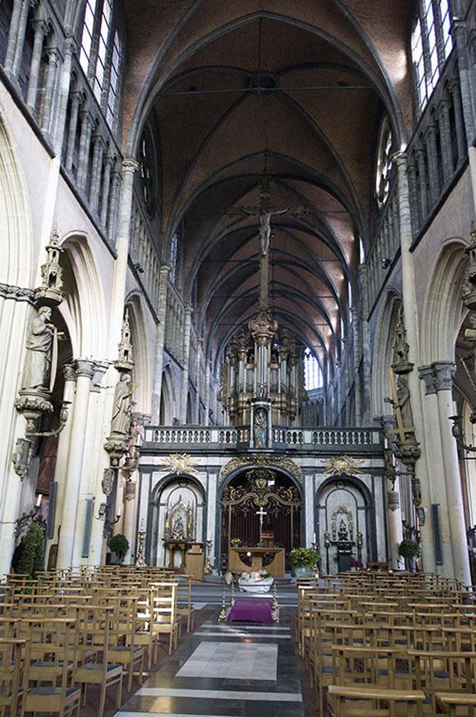 Nhà thờ Đức mẹ là một công trình với kiến trúc nguy nga với ngọn tháp cao 122 mét