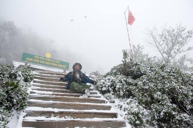 Đường lên đồn biên phòng Na Ngoi ngập màu trắng. Nhiều dân phượt đã kịp tới khu vực này để ngắm tuyết.