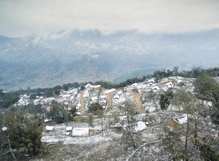 Sa Pa những ngày nhiệt độ xuống thấp, không chỉ có mây bao phủ quanh núi đồi mà cả tuyết rơi - một hiện tượng thời tiết hiếm gặp ở Việt Nam.