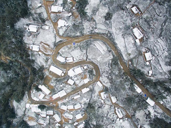 Những con đường ngoằn ngoèo ở thị trấn du lịch chụp từ camera bay.