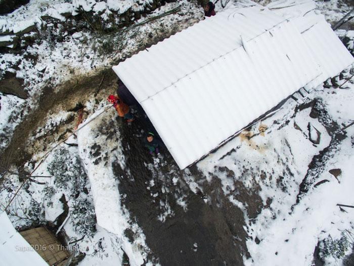 Một mái nhà dân trắng xóa vì tuyết rơi dày và kéo dài.