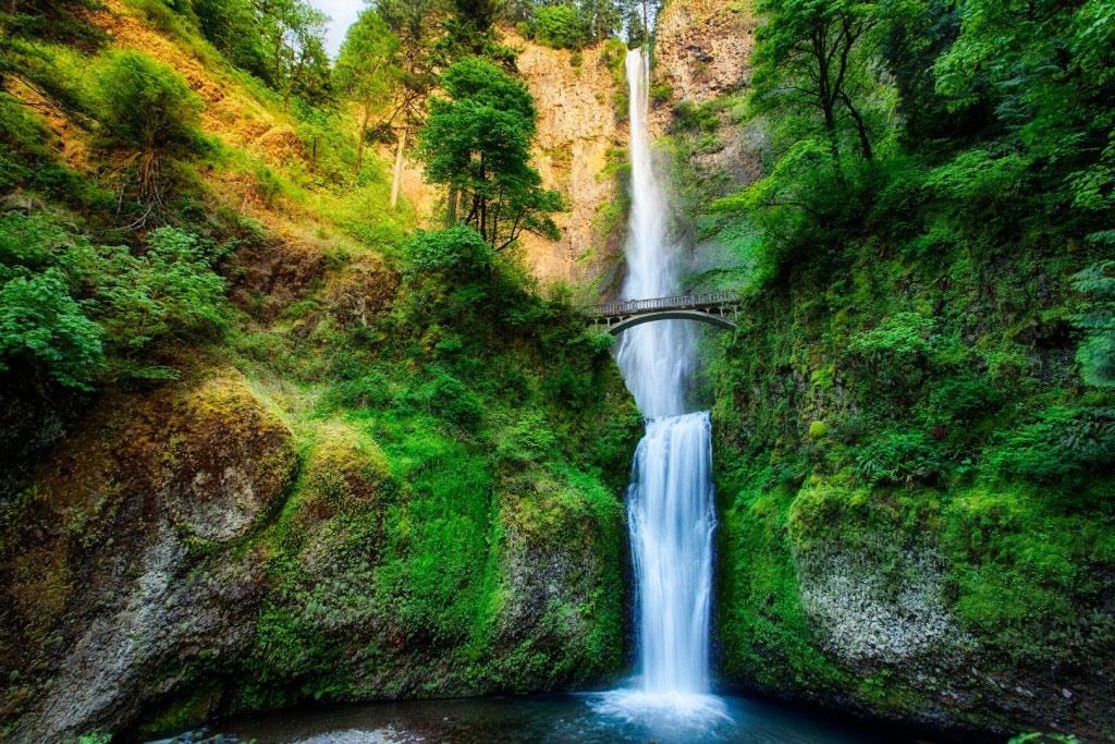 Cầu qua thác Multnomah ở Oregon, Mỹ.