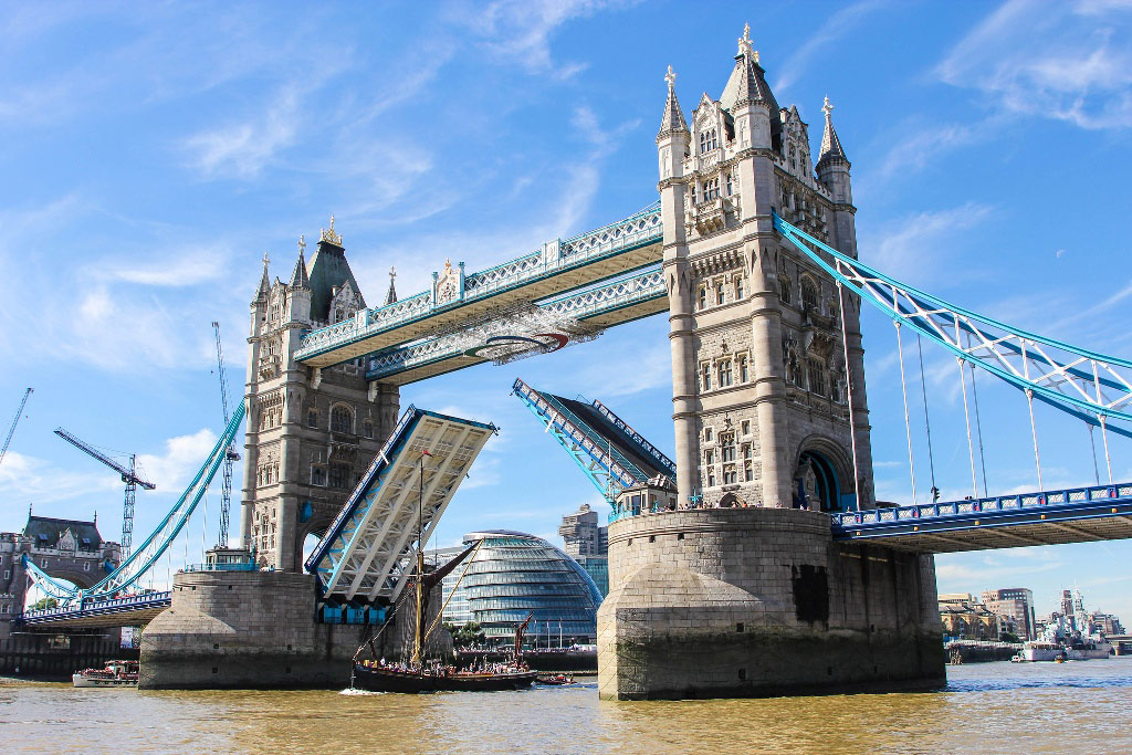 Tower Bridge ở London.