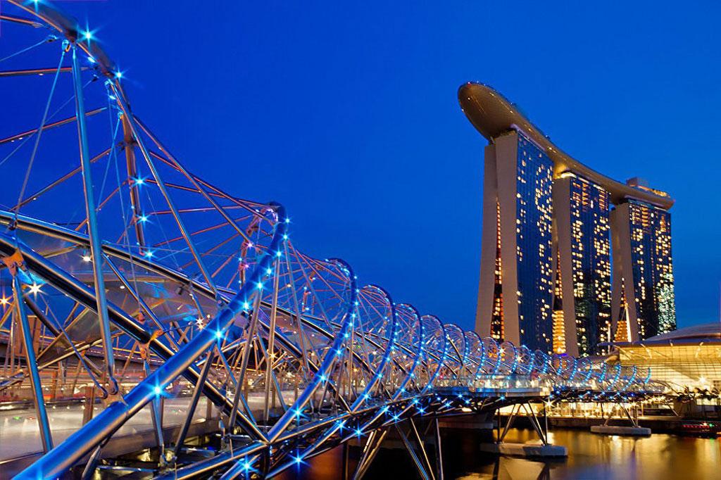 Cầu Helix xứng đáng là một kiệt tác kiến trúc của Singapore nói riêng và thế giới nói chung. Đây là chiếc cầu bộ hành hình vòng cung đầu tiên trên thế giới, được khánh thành vào năm 2010.