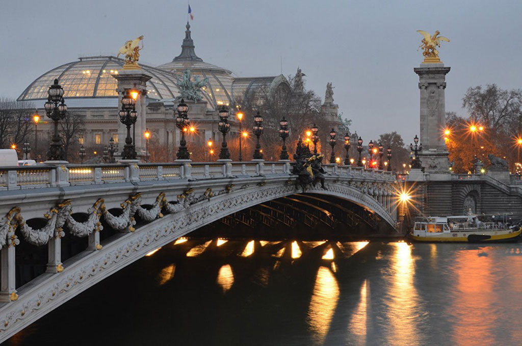 Cầu Pont Alexandre III vắt qua dòng sông Seine ở Paris, Pháp.