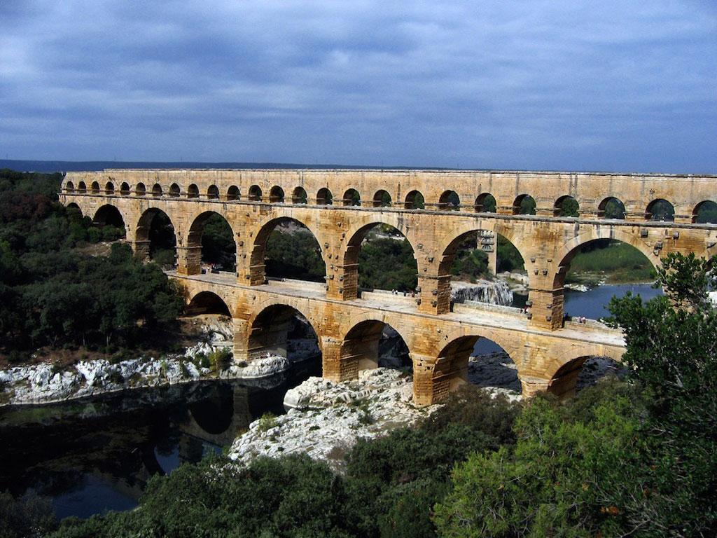 Cầu máng cổ La Mã với tên gọi Pont du Gard, bắc qua sông Gardon ở Pháp.