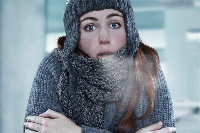 Nữ giới chịu lạnh kém hơn nam giới vì mỡ dưới da ít.