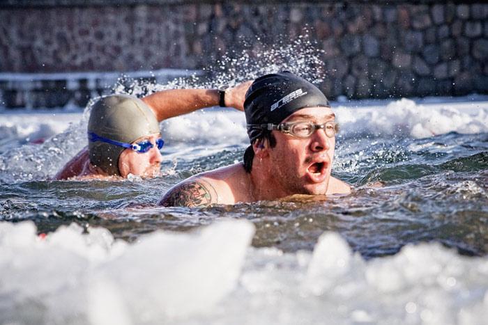Nhiều người coi bơi giữa mùa đông băng giá là cách tăng cường sức đề kháng cho cơ thể.