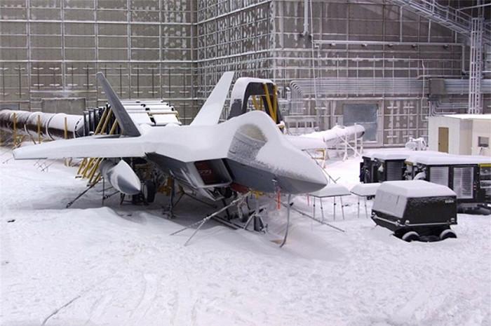 Một chiếc F-22 phủ đầy tuyết bên trong Phòng thí nghiệm khí hậu McKinley.