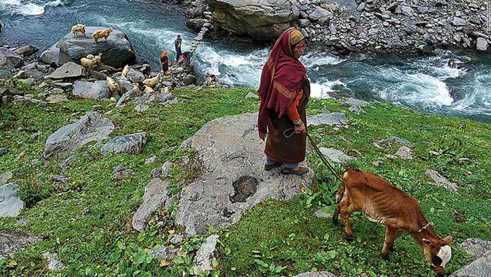 Bara Bangal là một ngôi làng của Ấn Độ tách biệt hoàn toàn với thế giới vì nằm ở độ cao 4.800 m giữa hai đèo Kalihani và Thamsar, dốc theo núi và sông Ravi. Người dân nơi đây phải xây một cây cầu đá nhỏ để qua các con suối hợp thành sông Ravi.