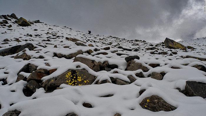 Việc đi bộ ở đây rất khó khăn, do đặc điểm thời tiết khắc nghiệt với nhiều cơn gió mạnh đột ngột và bão tuyết. Trong hình là tình trạng tuyết bao phủ đoạn đèo Kalihani hướng sang phía làng Bara Bangal.