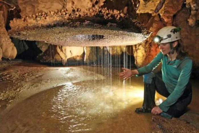 Hệ thống hang động rộng lớn mang vẻ đẹp nguyên sơ với các cột nhũ đá.
