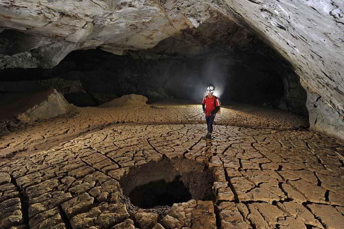 Những hang động sâu với các nhũ đá hình thù kỳ lạ được hình thành qua hàng triệu năm