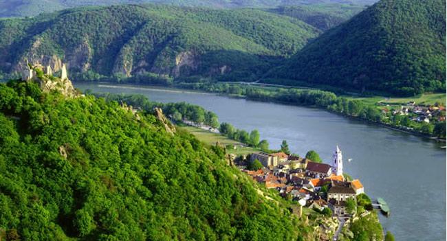 Dòng sông Danube nổi tiếng, êm đềm chảy qua thung lũng Wachau.
