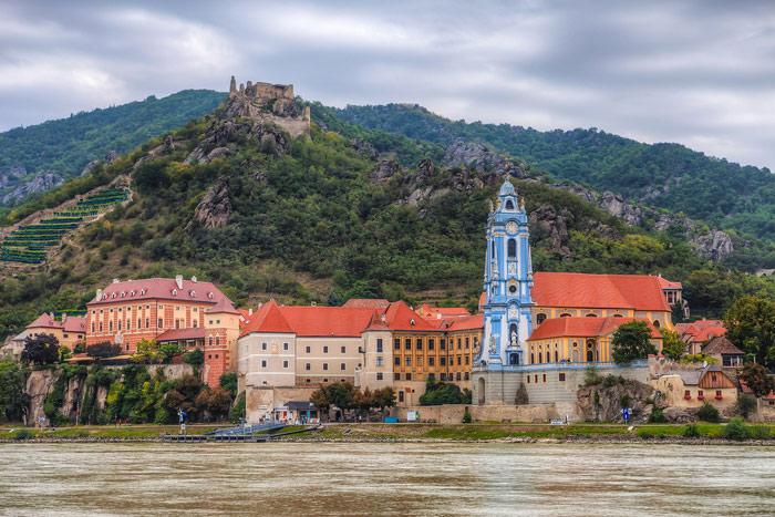 Nhà thờ Durnstein xanh dương nổi tiếng ở Wachau - nổi bật soi bóng xuống dòng sông Danube