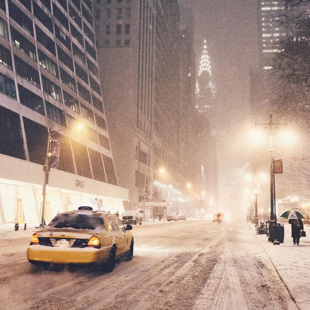 New York không chỉ đẹp bởi rừng aMàu tinh khôi của tuyết, màu lơ mơ của những cột đèn đường, không gian dường như lắng xuống, nhường chỗ cho những ưu tư của Vivienne gửi gắm qua từng bức ảnh.nhà chọc trời nơi hiện thực hoá giấc mơ nhưn những gì mà Alicia Keys từng hát. New York còn đẹp ở sự tinh khôi sương tuyết thế này.