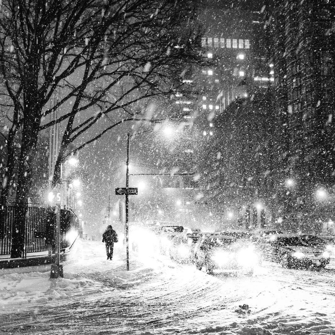 Tuyết thổi trắng cả một góc đường của thành phố không ngủ.