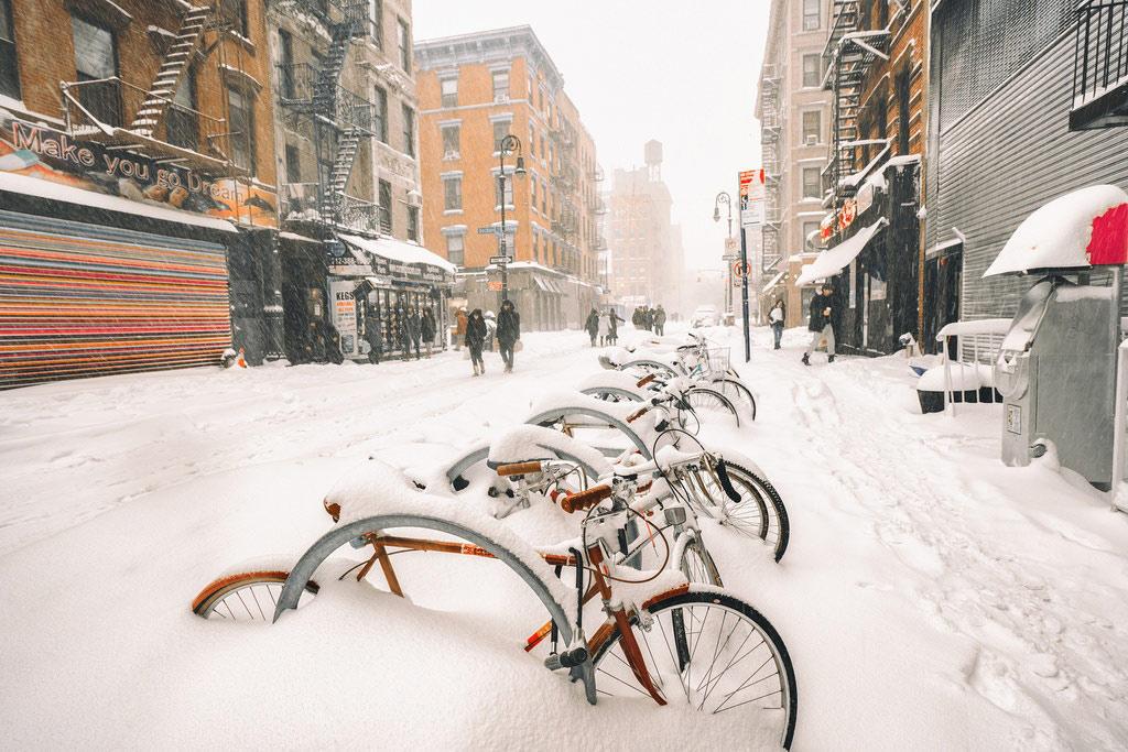 Tuyết dày đến nỗi ngập quá nửa bánh xe đạp. Đợt bão tuyết lần này được coi là mạnh nhất trong nhiều năm qua.