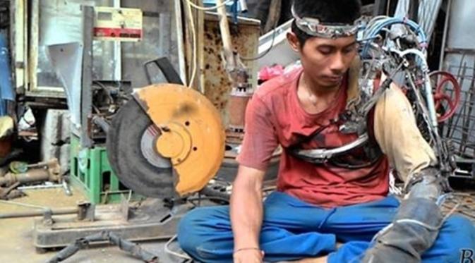 Anh Wayan Sumardana và cánh tay robot của mình.
