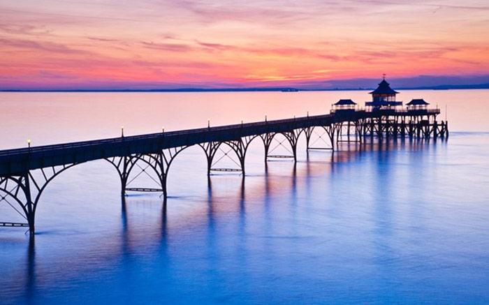 """Nằm ở Somerset, Clevedon từng được nhà thơ John Betjeman ca ngợi là """"cầu cảng đẹp nhất nước Anh"""". Cầu được xây dựng vào những năm 1869, nhằm thu hút du khách và phục vụ hành khách tới South Wales."""