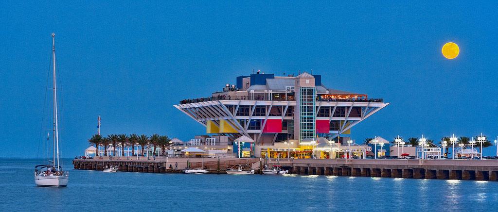 Điểm tham quan hút khách này nằm ở vịnh Tampa, ngoại ô St. Petersburg, Florida. Cầu cảng có một tòa nhà 5 tầng, gồm các cửa hàng, quán ăn, hộp đêm, chỗ câu cá, nơi cho thuê thuyền và một bể thủy sinh. Cầu đã bị dỡ bỏ năm 2015 để xây mới.