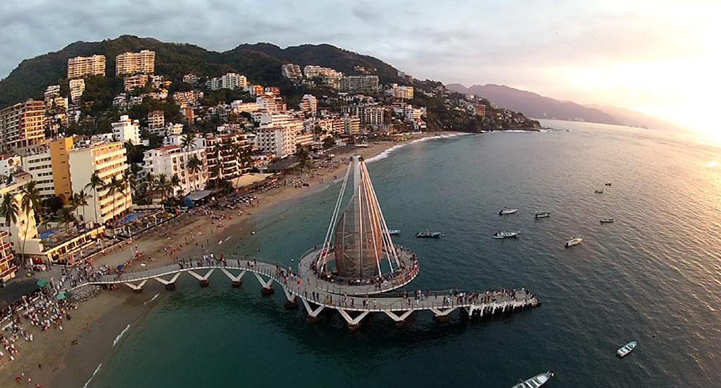 Được xây dựng năm 2013 ở Puerto Vallarta, Los Muertos được kiến trúc sư José de Jesús Torres Vega thiết kế, với lối đi uốn lượn tuyệt đẹp.
