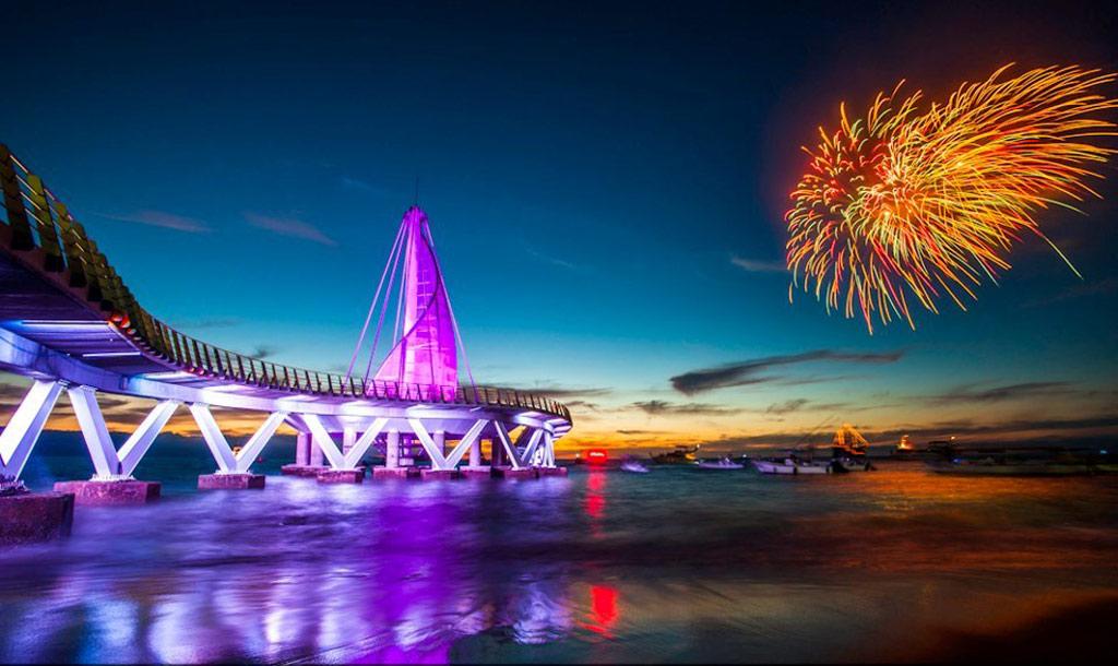 Đặc biệt, vào ban đêm, cầu cảng được thắp sắng rực rỡ, thu hút nhiều du khách tới vui chơi.