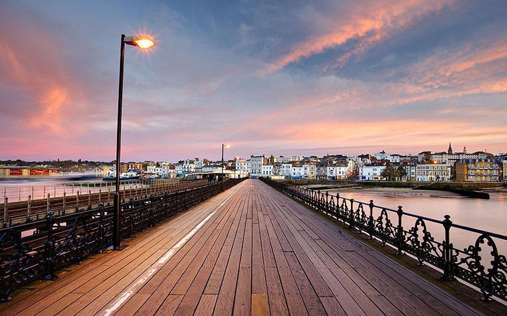 Đây là cầu cảng cạnh biển cổ nhất thế giới, thuộc thị trấn Ryde trên đảo Wight. Cấu trúc bằng gỗ này được đưa vào sử dụng năm 1814, dài 681 m. Du khách có thể lái xe dọc cầu cảng và có chỗ đỗ xe ở đầu cầu.