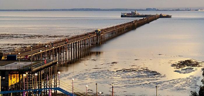 Cầu cảng này nằm ở Southend-on-Sea, một thị trấn nghỉ dưỡng ven biển ở Essex, Anh. Southend là cầu cảng dùng cho mục đích giải trí dài nhất thế giới (2,16 km) vươn ra cửa sông Thames. Ban đầu, cầu cảng được xây bằng gỗ vào năm 1830, sau đó thay bằng cầu sắt vào năm 1889.