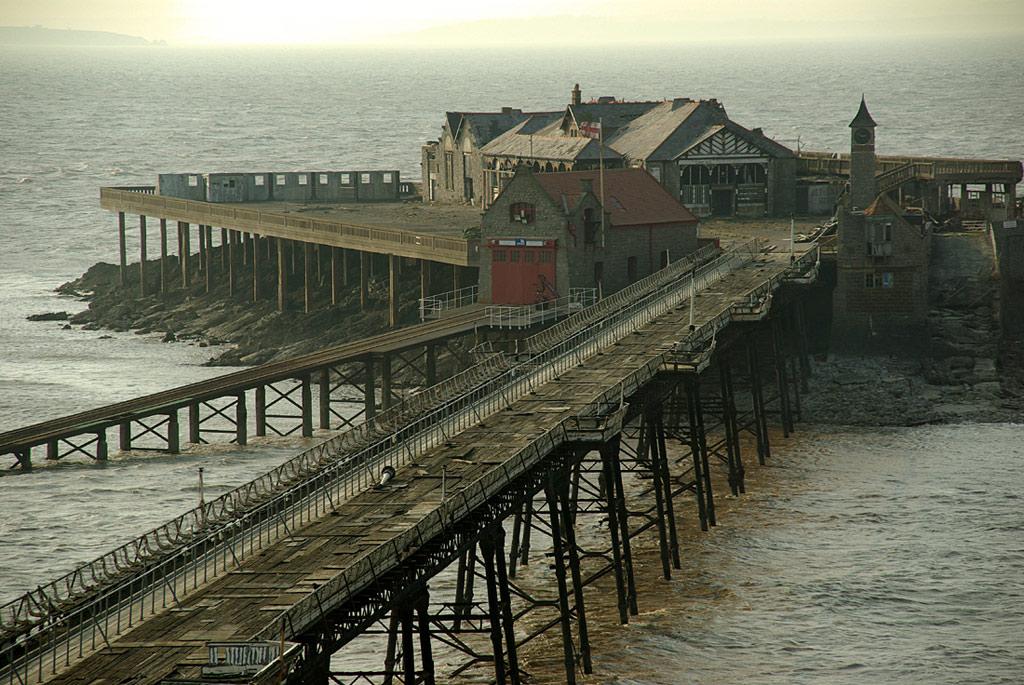 Nằm ở eo biển Bristol, Birnbeck là cầu cảng duy nhất ở Anh nối với một hòn đảo. Đó là đảo Birnbeck ở phía tây Worlebury Hill. Cầu được đưa vào sử dụng năm 1867, hiện giờ đã bị đóng cửa do công trình xuống cấp.