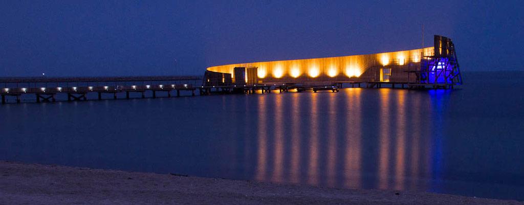 Công trình độc đáo này là một phần công viên nước Kastrup Strandpark ở bờ đông Amager, Copenhagen. Kastrup Sea Bath gồm một bể bơi ngoài trời nằm cuối cầu cảng gỗ dài 100 m, vươn ra biển Baltic. Khu bể bơi được tạo hình theo đường xoắn ốc chắn gió, với một cầu nhảy dành cho du khách.