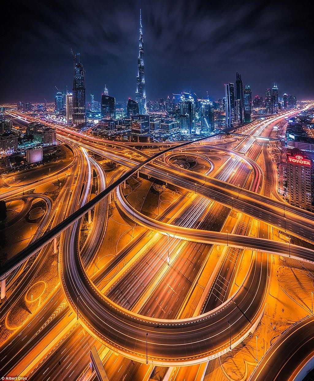 Từ một làng chài nghèo, Dubai đã có những phát triển vượt bậc trong khoảng thời gian ngắn và trở thành điểm đến hạng sang của thế giới. Những đại lộ vắt qua nhau bao quanh thành phố trong mơ với các tòa cao ốc chọc trời.