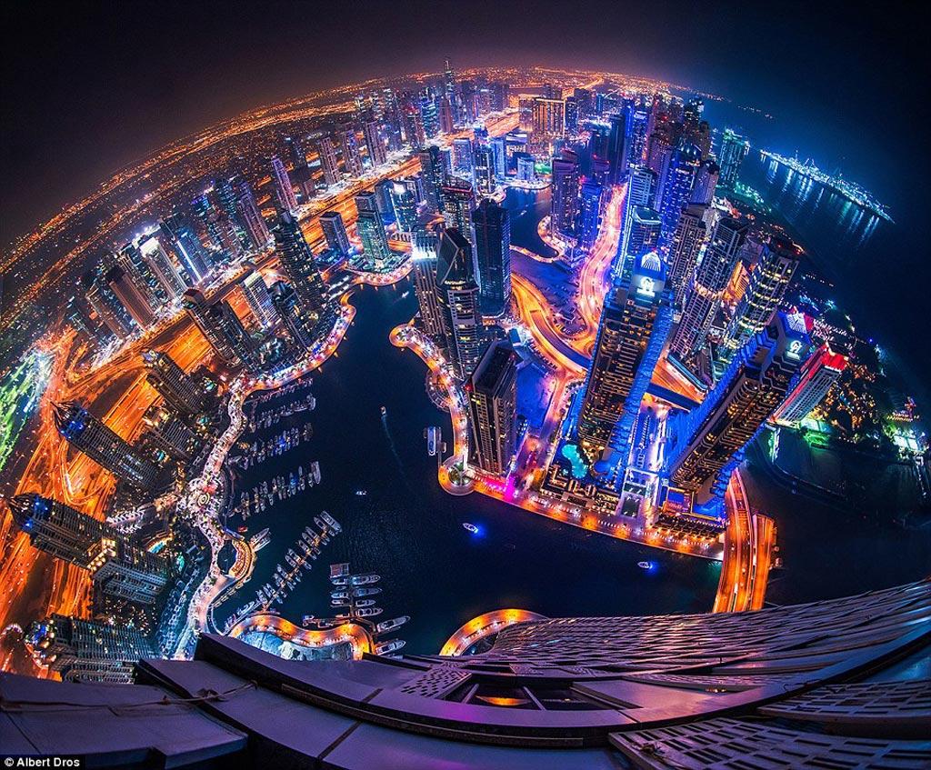 Bến cảng Dubai, nơi đỗ của các du thuyền sang trọng, được vây quanh bằng những tòa nhà lộng lẫy ánh đèn. Đứng trên cao nhìn xuống, du khách sẽ có cảm giác như đang ở thế giới tương lai.