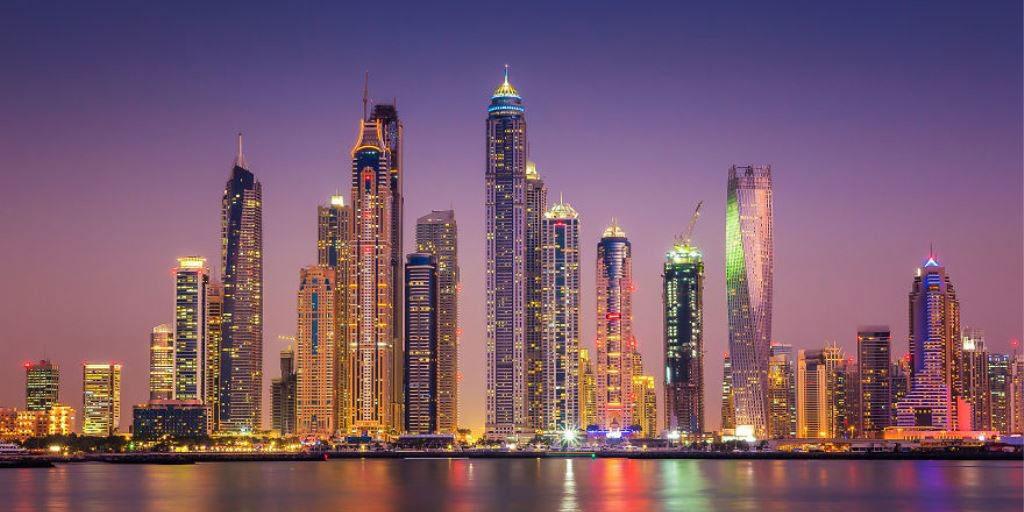 Đường chân trời nhìn từ bến cảng Dubai cho ta thấy quy mô khổng lồ của các tòa nhà.