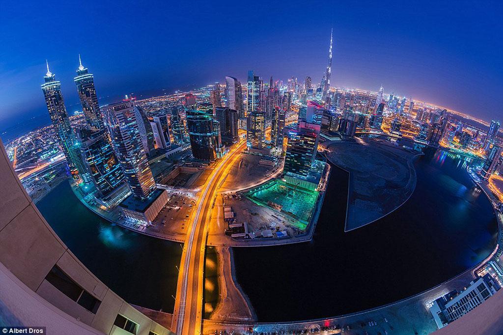 Toàn cảnh thành phố bừng sáng về đêm.