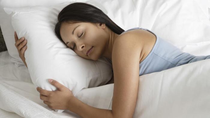 Uống nước trước khi đi ngủ sẽ giúp cơ thể xóa bỏ độc tố và làm mới cơ thể.