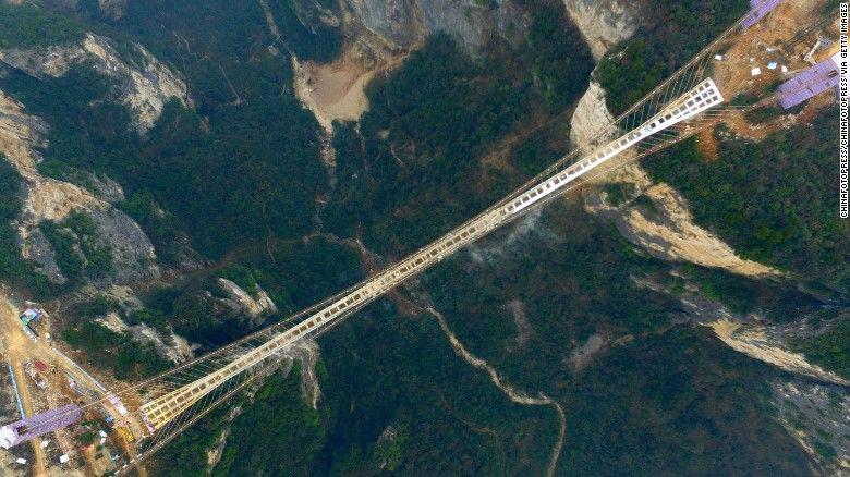 Cây cầu vắt ngang hai vách núi dựng đứng và hùng vĩ của công viên quốc gia Trương Gia Giới.