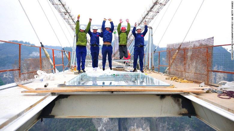 Những người thi công thể hiện sự vững chắc của cây cầu bằng cách nhảy lên trên mặt sàn kính.