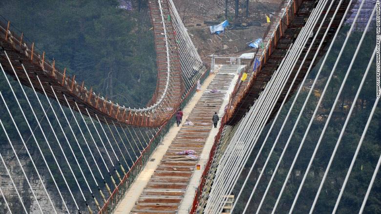 Công nhân đi dọc khung cầu. Nơi này cũng sẽ có một trong những điểm nhảy bungee cao nhất thế giới.