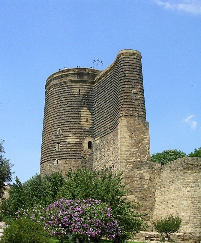 Tháp Maiden có hình trụ và cao 8 tầng.