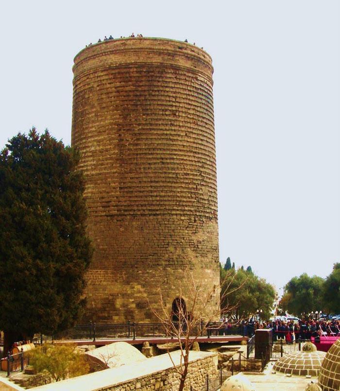 Ba tầng đáy được xây dựng vào khoảng đầu thế kỷ thứ 6, thứ 7 trước công nguyên.