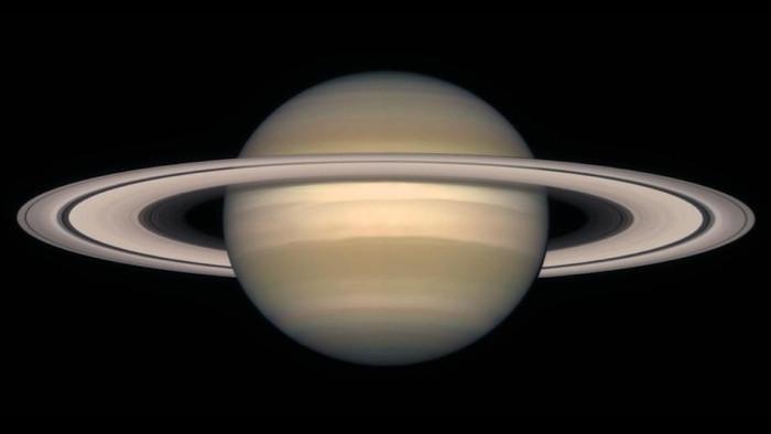 Sao Thổ là một hành tinh khí khổng lồ và lớn hơn rất nhiều so với Trái Đất.