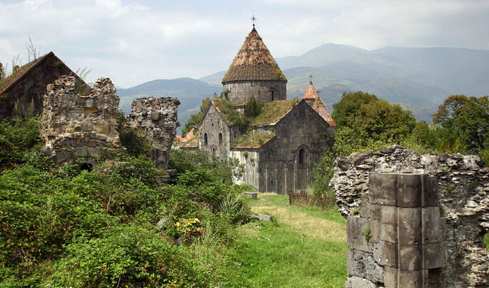 Nhà thờ chính của tu viện Sanahin được xây dựng từ các năm 967 đến 970.