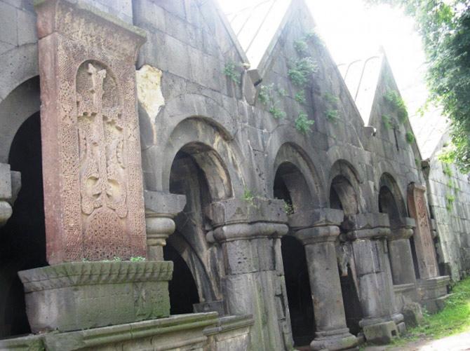 Tu viện Sanahin có nhiều phiến đá khắc hình thánh giá