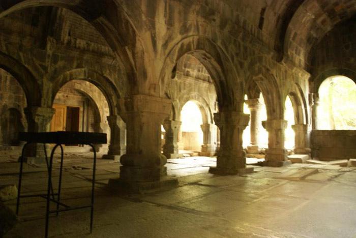 Tu viện Sanahin mang phong cách pha trộn giữa yếu tố địa phương với lối kiến trúc nhà thờ Byzatine