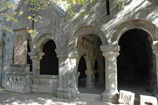 Vốn được coi là cái nôi của nghệ thuật thư pháp nhưng trước đây, chỉ có những người trong hoàng tộc mới đươc học tập tại tu viện Sanahin này