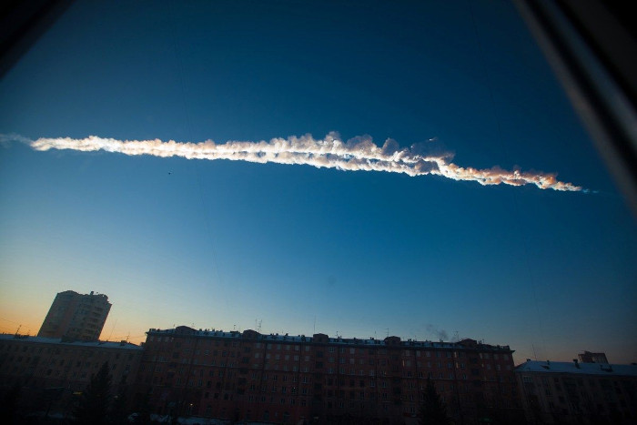 Vệt khói từ đuôi của một thiên thạch quét qua thành phố Chelyabinsk (Nga) hồi 2013.
